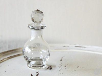 Elegante bottiglietta per profumo con incisioni. Da usare come soprammobile in bagno.
