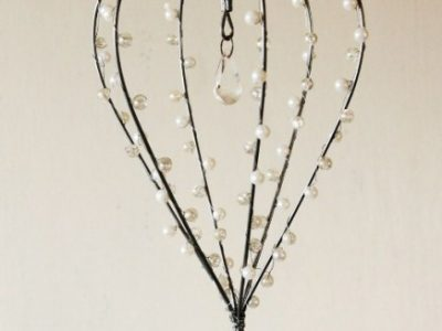 Splendido cuore shabby chic decorato con perle e goccie di simil cristallo.