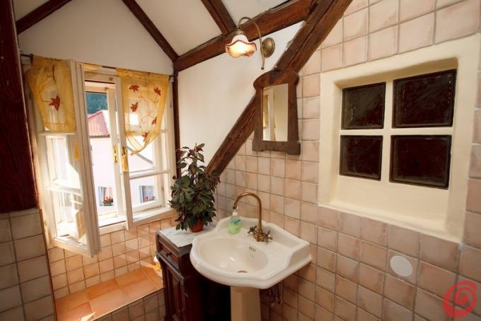 Lampadario bagno retro: contrasti di colore in bagno l abbinamento