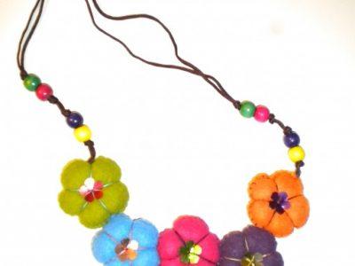 Collana con fiori imbottiti in tessuto e decorazioni in perline o bottoni.