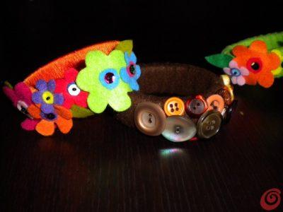 Bracciali in tessuto con decorazioni di fiori o bottoni