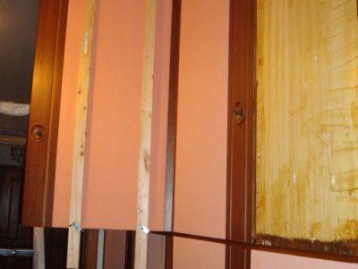 ho spalmato di colla la superficie (lato interno) a contatto con l'anta dell' armadio, poi ho applicato il pannello, per farlo incollare perfettamente ho comprato delle stecche di legno che ho poi stretto con morsetti al pannello.