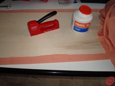 ho spalmato la colla (vinavil) su tutta la superficie, poi ho incollato la stoffa. Successivamente ho girato il pannello e ho graffettato con la sparapunti tutto il bordo interno