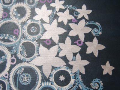 Sfondo blu notte, fiori argento, bianchi e azzurri
