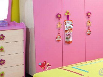 Cameretta bimbe: filo/catenella, decorazioni di panno, Kinder Sorpresa Pop Pixie e Kinder Sorpresa appendibili