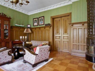 Le porte in massello con la boiserie danno un'importante nota di prestigio agli ambienti classici.