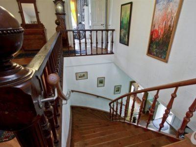 Le porte e le maniglie antiche mettono in risalto le scale in massello.