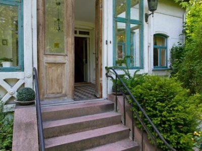 Delle porte e delle maniglie antiche stanno benissimo tanto in un ambiente rustico quanto nelle soluzioni contemporanee.
