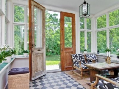 Il legno delle porte e l'ottone delle case di campagna creano armonia con gli interni originali.