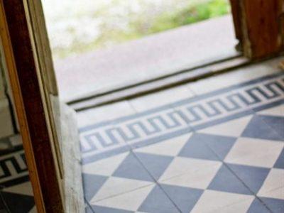 Il pavimento in graniglia sarà valorizzato dalle porte e maniglie originali.
