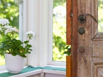 In un ambiente campestre difficilmente immagineremmo qualcosa di diverso dalle classiche porte in massello e le maniglie in ottone.