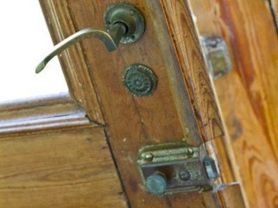 In un ambiente campestre difficilmente immagineremmo qualcosa di diverso dalle classiche porte in massello e le maniglie in ottone, che donano carattere a ogni ambiente e ci fanno immaginare la vita di un tempo.