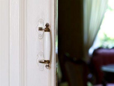 Le porte interne in massello, con le maniglie in ottone e ceramica, danno un'impronta senza tempo agli interni.
