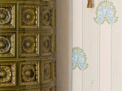 Le porte e le maniglie che più si avvicinano a quelli originali faranno risaltare la bellezza dei complementi già presenti nella casa, come ad esempio una bella stufa in maiolica.